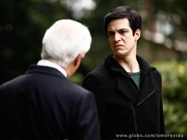 Mas Félix não permite a entrada do pai (Foto: Amor à Vida/TV Globo)