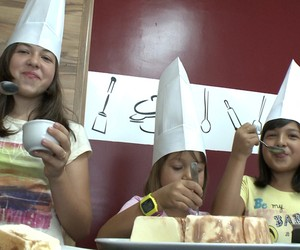 Meninas ensinam chef a preparar receita para o Dia das Crianças (Reprodução/G1)