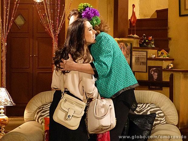 Márcia e Valdirene matam a saudade com um abraço (Foto: Amor à Vida/TV Globo)