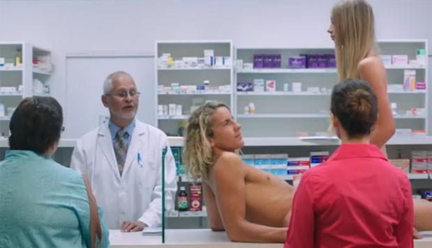 Comercial mostra casal fazendo sexo no balcão, no corredor e no chão da farmácia (Foto: Reprodução/YouTube/FourSeasonsCondoms)