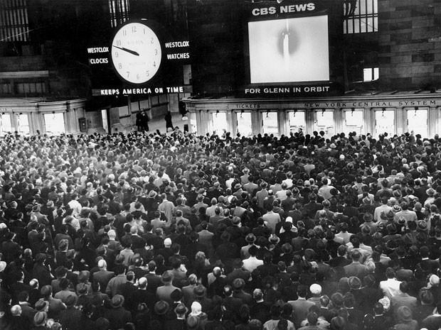 Foto histórica da Grand Central Station, estação de trem de Nova York, mostra uma multidão observando programa de TV sobre o astronauta John Glenn (Foto: Edward Hausner/The New York Times)