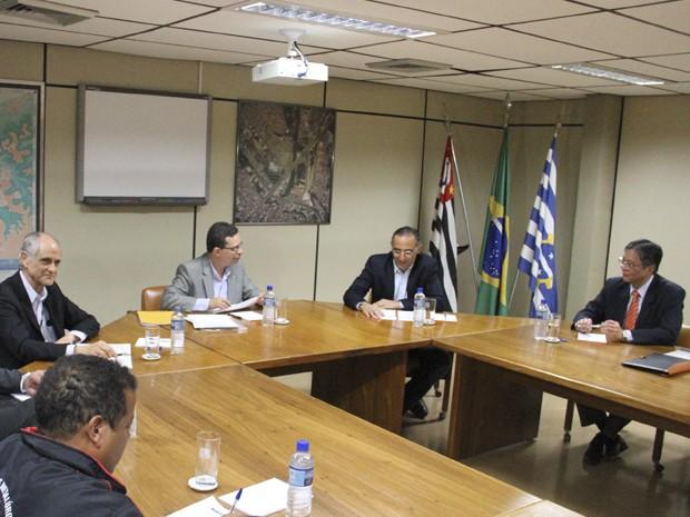 Começa reunião que vai discutir futuro da GM em São José (Foto: Carlos Santos/G1)