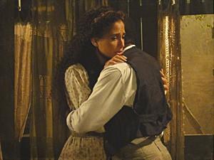 Isabel perde a coragem de abrir seu coração (Foto: Lado a Lado / TV Globo)