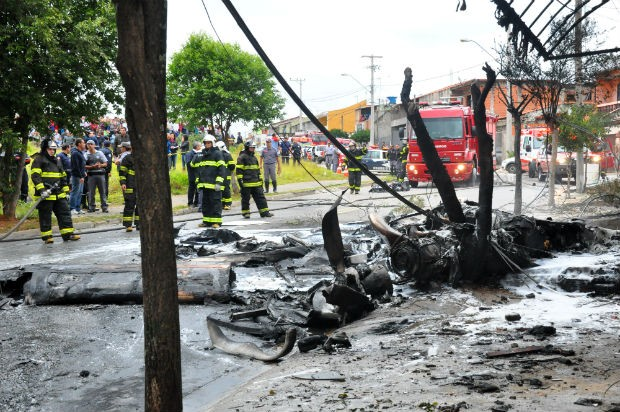 Avião cai sobre casas na Zona Norte em Sorocaba (Foto: Divulgação/Júlio Leite)
