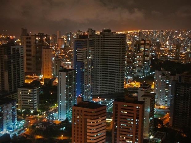O G1 visitou na noite desta terça-feira (17) o prédio Rio Mamoré, o primeiro a utrapassar a barreira dos 40 andares em João Pessoa. Ele é o maior edificío da capital que já foi entregue aos moradores, com 43 pavimentos e cerca de 140m de altura. Porém, como está em uma área aproximadamente 35m acima do nível do mar, o topo do edíficio fica em uma altura de cerca de 175m. Do alto do prédio é possível ter uma visão panorâmica da cidade. O edifício é um empreendimento do Grupo Conserpa (Foto: Krystine Carneiro/G1)