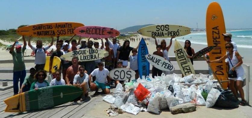 Liderado por Marcelo Valente, grupo de voluntários percorrem as praias para retirar o microlixo (Foto: Marcelo Valente)