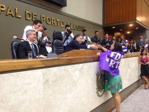 Vereadora entregou diploma e declaração de bens sob vaias e coberta por bandeira de protesto (Foto: Rafaella Fraga/G1)