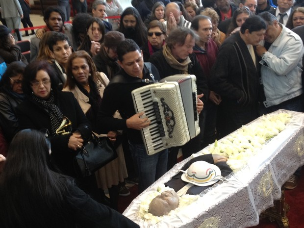 Sanfoneiro canta sucessos de músico durante velório em SP (Foto: Tatiana Santiago/G1)
