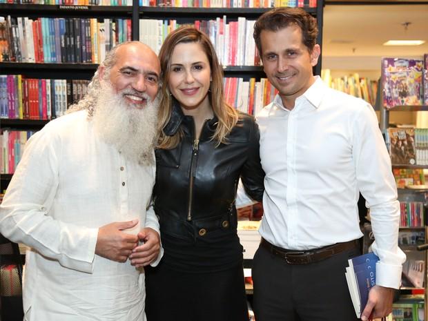 Sri Prem Baba com Guilhermina Guinle e o marido, Leonardo Antonelli, em lançamento de livro na Zona Sul do Rio (Foto: Roberto Filho/ Brazil News)