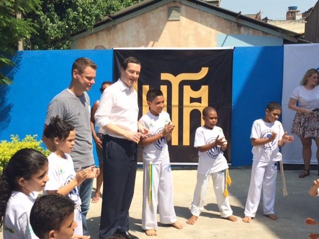 Osborne visitou projeto social na Maré, no Rio (Foto: Guilherme Brito/G1)