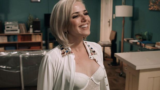 Nathlia Rodrigues vive uma professora de ingls muito sexy em srie (Foto: Reproduo/GNT)