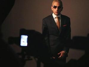 Internauta publicou foto de MC Guimê com terno e gravata: cantor costuma usar peças proibidas em seu show (Foto: Facebook/Reprodução)