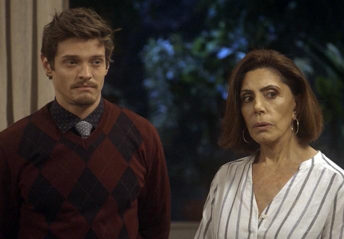 Gigi leva o filho até a casa da funcionária (Foto: TV Globo)