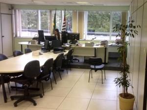 Sala de audiência vazia por conta do apagão dos servidores no TRT de Campinas (Foto: Joaquim Castrillon / Sindiquinze)