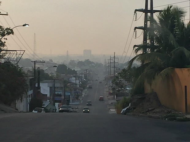 Fumaça pôde ser vista no bairro Parque Dez de Novembro, na Zona Centro-Sul de Manaus (Foto: Diego Toledano/G1 AM)