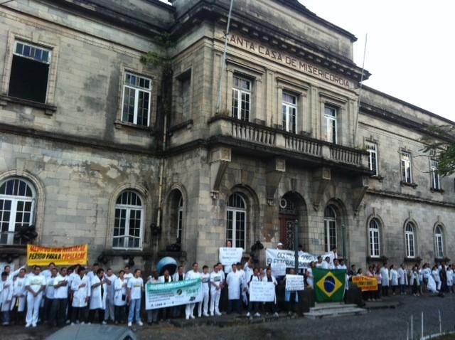 Médicos e acadêmicos promoveram abraço coletivo em frente à Santa Casa de Misericórdia, em Manaus (Foto: Tiago Melo/G1 AM)