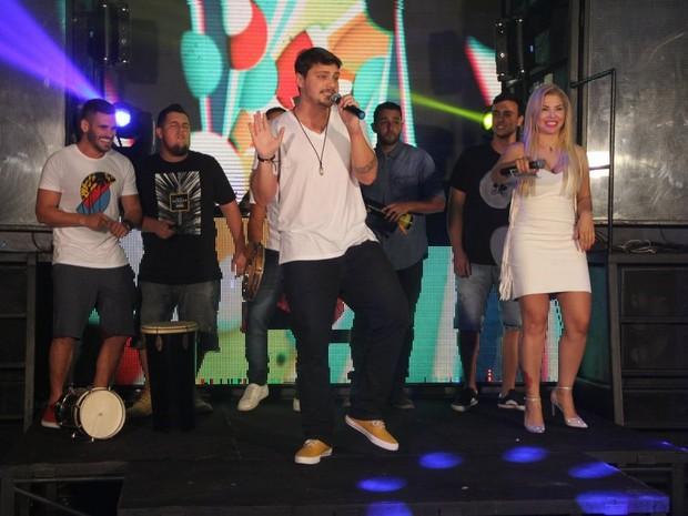 Verônica Costa grava programa de TV com o grupo Vou Zuar (Foto: Rodrigo dos Anjos/ Divulgação)