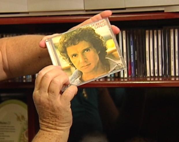 Fã de Roberto Carlos, tem coleção de 70 CDs, 37 LPs, vários DVDs, livros, camisetas e até perfume do rei. (Foto: Reprodução/ Tv Tem)