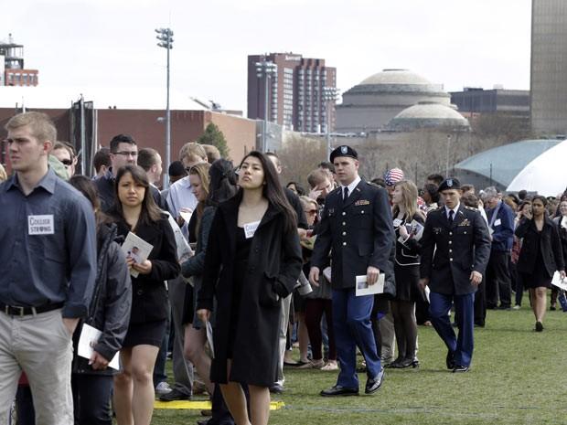Pessoas chegam à homenagem  (Foto: AP)