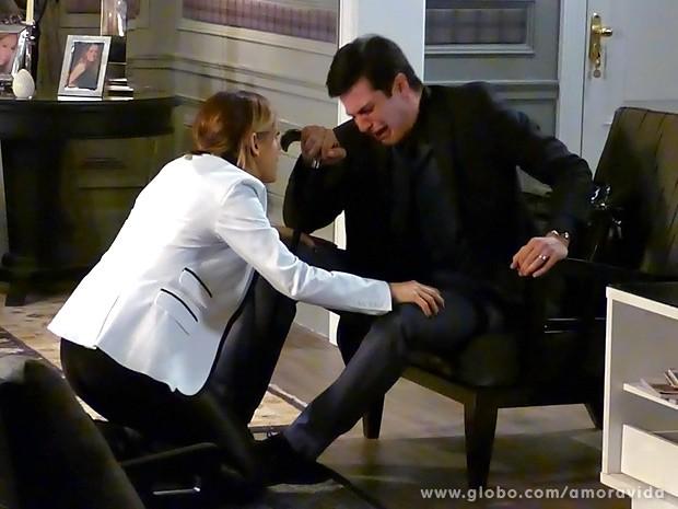 Félix cai no choro e é amparado por Edith (Foto: Amor à Vida / TV Globo)