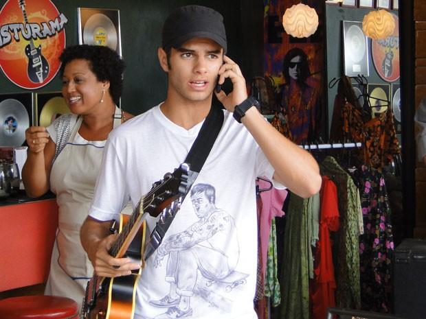 Gil chama Lia pra tocar no Misturama (Foto: Malhação / Tv Globo)
