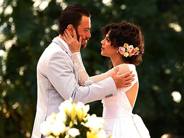 Penteado com flores foi sugestão de Letícia Persiles (Foto: Amor Eterno Amor/TV Globo)