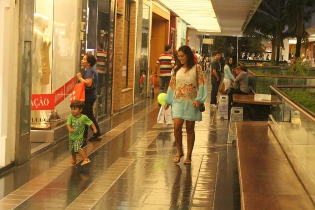 Pedro faz farra no shopping e Juliana Paes sorri (Foto: Daniel Delmiro/Ag News)