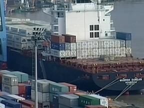 Contêineres estão acumulando no Porto de Itajaí, SC (Foto: Reprodução RBS TV)