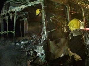 Ônibus foi incendiado no bairro dos Ingleses, em Florianópolis (Foto: Glauco Araújo/G1)