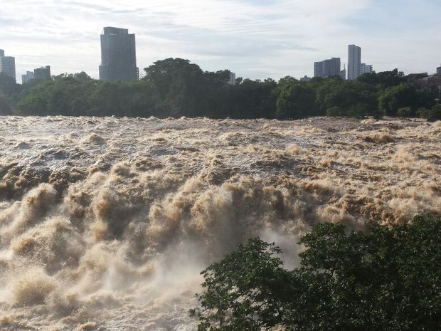 Rio Piracicaba entrou em estado de emergência nesta segunda (Foto: Thainara Cabral/G1)