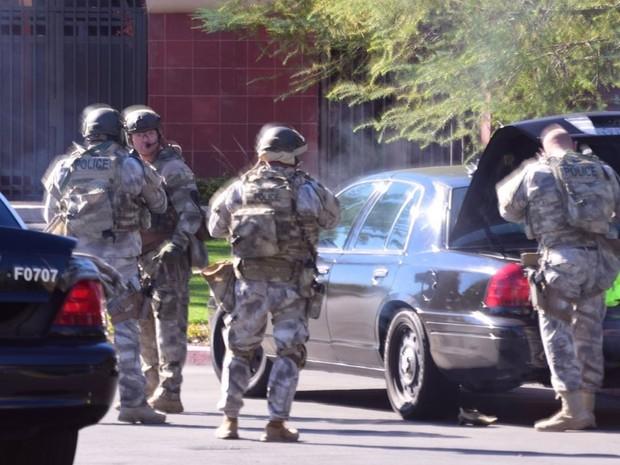 Integrantes da SWAT chegam ao local de tiroteio em San Bernardino, na Califórnia, na quarta (2) (Foto: Doug Saunders/Los Angeles News Group via AP)