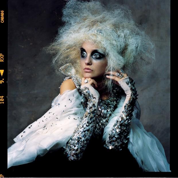 A modelo Carol Trentini, em 2007 pelas lentes de Penn para a Vogue americana (Foto: © The Irving Penn Foundation, © Condé Nast Publications, Inc, Irving Penn e Reprodução)