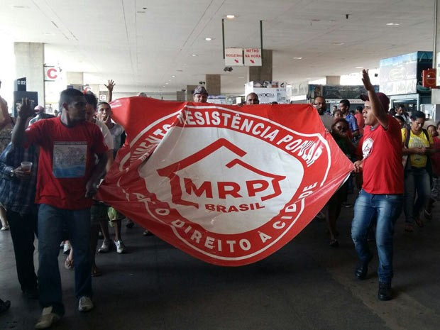 Integrantes do Movimento de Resistência Popular, durante protesto por moradia no DF (Foto: Isabella Calzolari/G1)