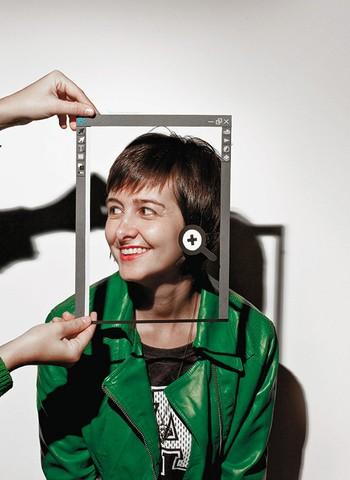 """Um novo tipo  de cliente Por anos, a designer Marina Chevrand usou os softwares da Adobe sem pagar – os preços eram muito caros.  Com a mudança da Adobe para a nuvem, ela trocou a pirataria por uma mensalidade de  R$ 100.  """"É um valor justo, que eu posso  (Foto: Simon Plestenejak; Ilustração: Osilva)"""