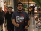 Após cirurgia, André Marques passeia em shopping no Rio