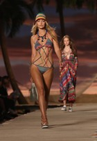 Gigi Hadid mostra boa forma e usa calcinha fio dental em desfile de biquíni