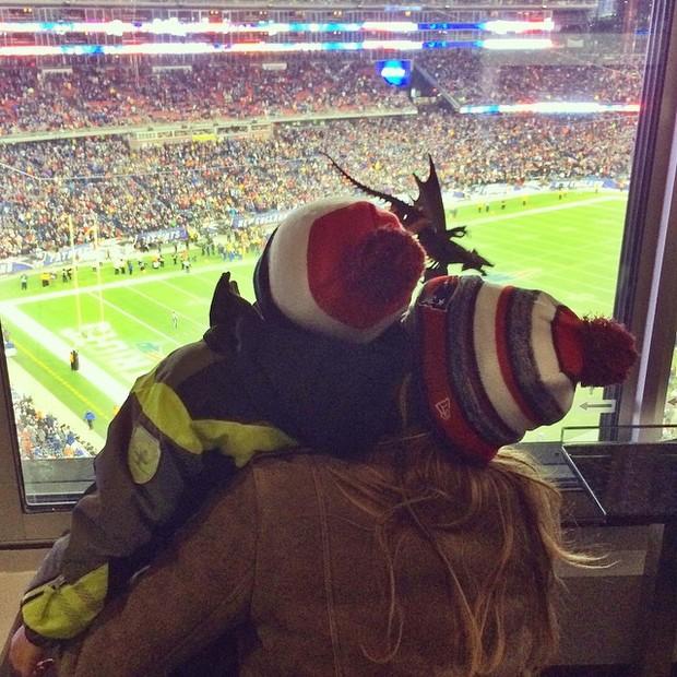 Gisele Bündchen e o filho, Benjamin, em jogo de futebol americano nos Estados Unidos (Foto: Instagram/ Reprodução)