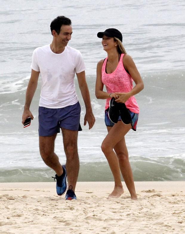 Cesar Tralli e Ticiane Pinheiro curtem praia no Rio (Foto: AgNews / J Humberto)
