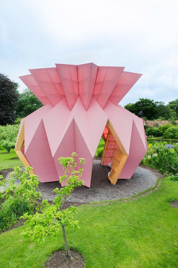 Abacaxi pink em jardim inglês chama a atenção para uma causa nobre (Foto: Divulgação)