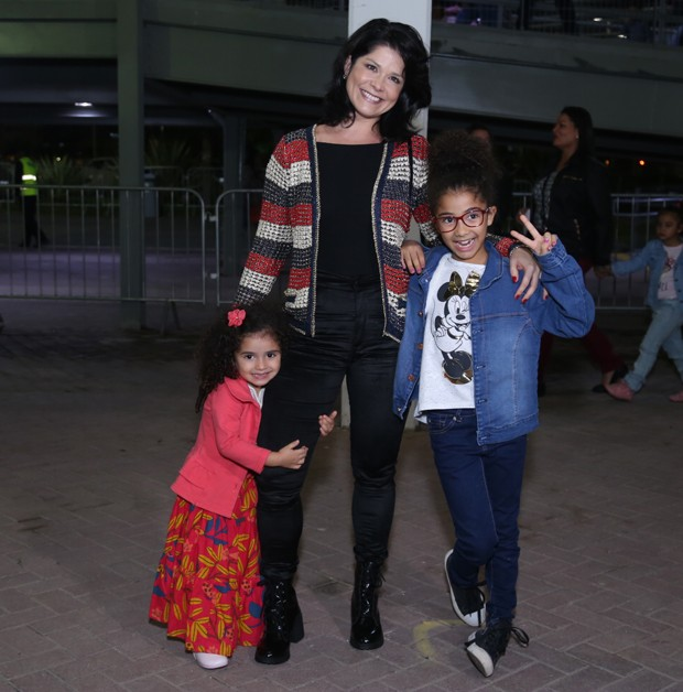 Samara Felippo com Alícia e Lara (Foto: Anderson Borde/AgNews)