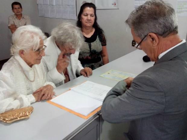 Juiz do cartório de Tatuí oficializa união entre os idosos (Foto: Carlos Alberto Soares/ TV TEM)