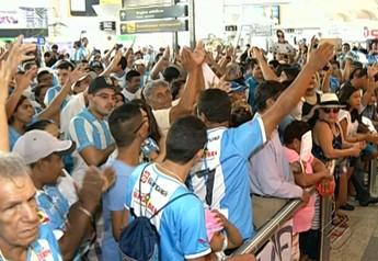 Torcedores do Paysandu recepcionaram os jogadores (Foto: Reprodução/TV Liberal)