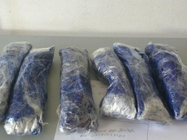 Homem foi flagrado com seis pacotes de cocaína na SP-280 em Itu (Foto: Polícia Rodoviária/Divulgação)