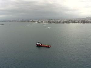 Helicóptero sobrevoou mar do Espírito Santo nesta quinta-feira (9) (Foto: Reprodução/TV Gazeta)