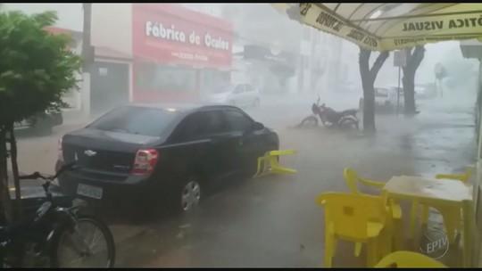 Chuva destelha casas e causa alagamentos em cidades da região