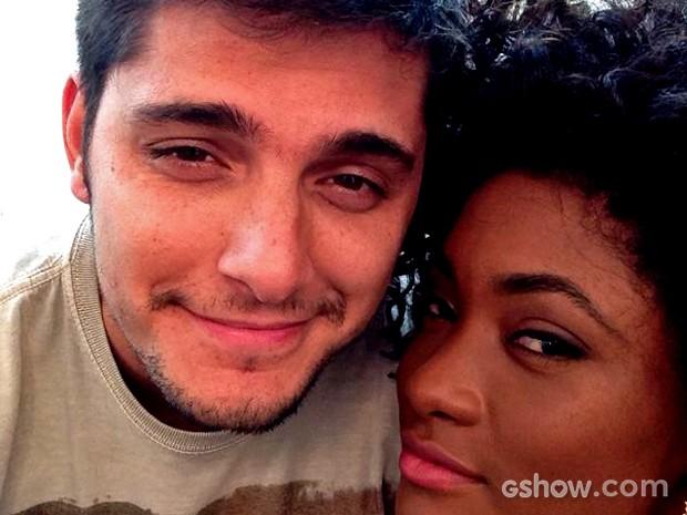 Bruno Gissoni e Erika Januza posaram juntinhos para uma selfie nos bastidores (Foto: Arquivo Pessoal)