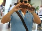 Miguel Falabella faz foto de paparazzo em aeroporto