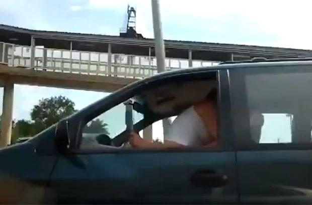 Motorista foi flagrado fazendo sexo com uma mulher enquanto dirigia por uma rodovia movimentada em Chicago (Foto: Reprodução/YouTube/DailyMixtapeUploads)