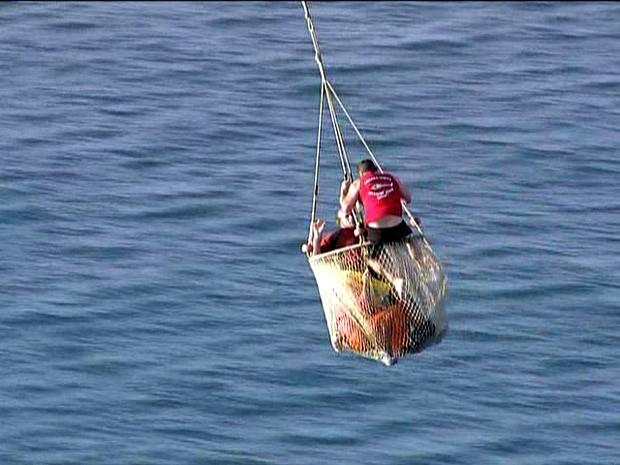 Passageiros de avião foram resgatados pelo Corpo de Bombeiros (Foto: Reprodução/TV Globo)