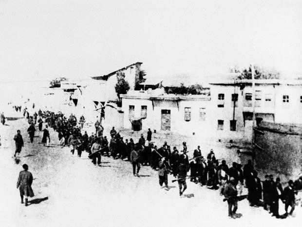 Foto de 1915 mostra armênios marchando longas distâncias para local em que seriam massacrados, segundo afirmam (Foto: AP Photo)